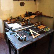 Officina-riparazioni-tavolino-532x800